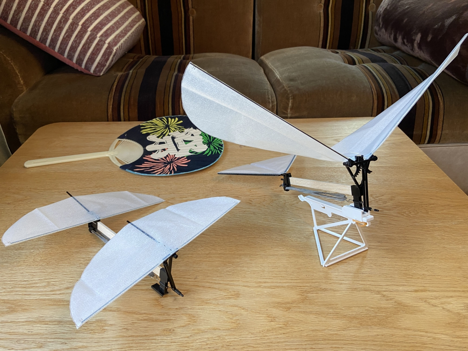 紙 飛行機 羽ばたく